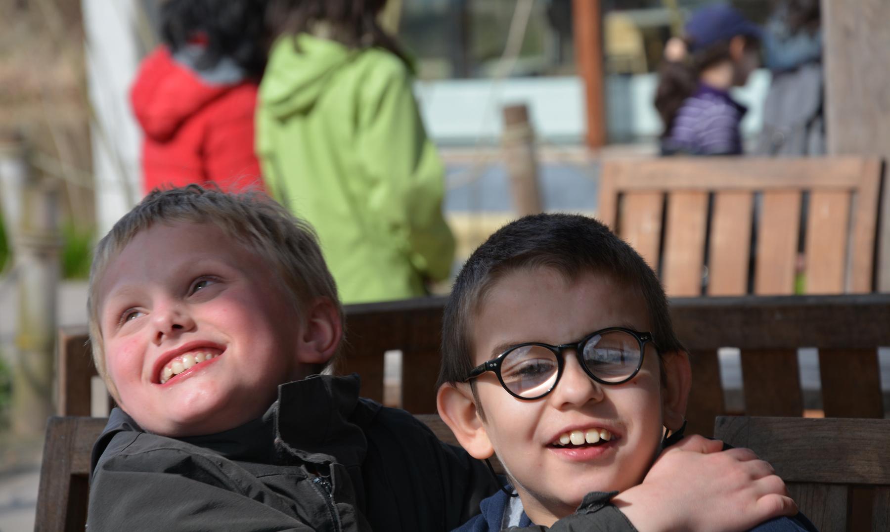 Kinderen met een visuele handicap amuseren zich tijdens een BrailleDay
