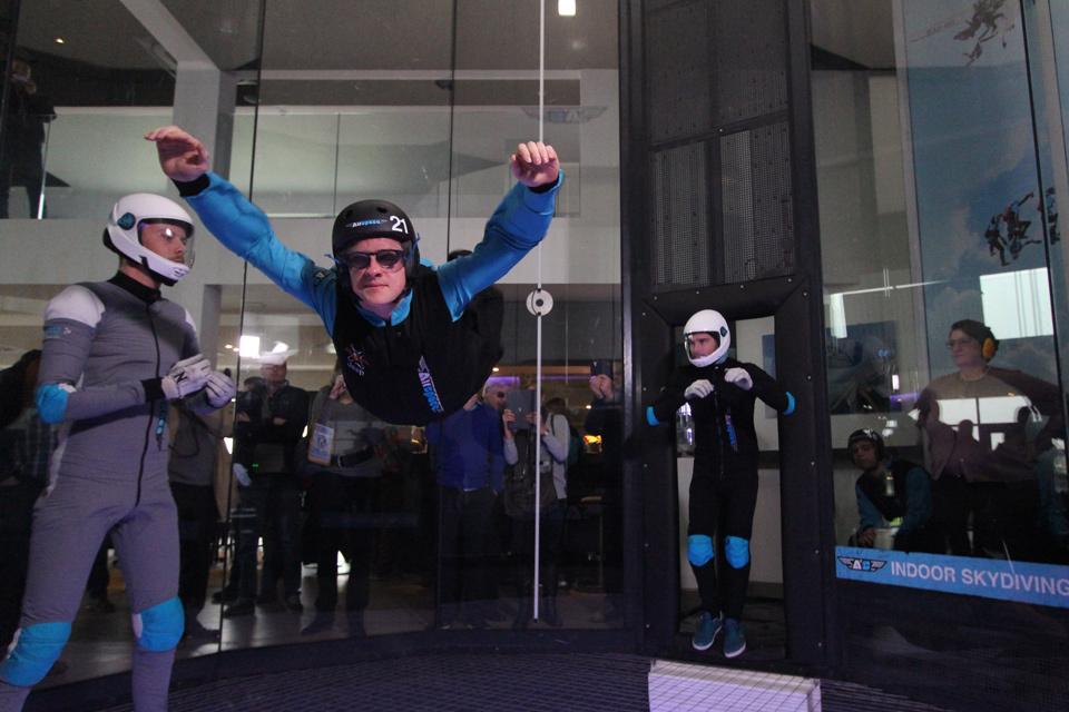 Een jongere met een visuele handicap waagt zich aan skydiven.